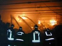 Lungo il lavoro dei Vigili del Fuoco per spegnere l'incendio nel capannone industriale dell'Osmannoro