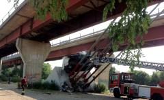 Il furgone precipitato stamani dal ponte all'Indiano a Firenze