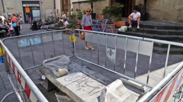 Panchina danneggiata in piazza Sant'Ambrogio a Firenze