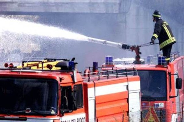 I pompieri hanno impiegato tre ore per spegnere l'incendio in un'azienda di Altopascio