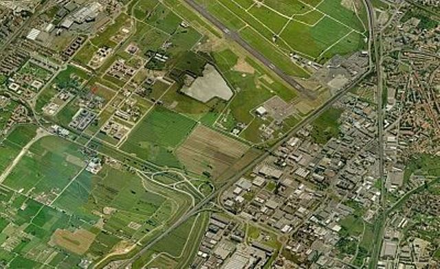Una veduta dall'alto della pista dell'aeroporto Vespucci di Firenze
