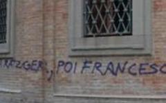 Pedofilia, scritta contro la Chiesa su un muro del Duomo di Livorno