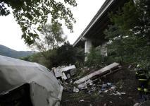 I resti del bus dopo il tragico volo dal viadotto dell'A16