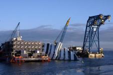 La Costa Concordia adagiata davanti al Giglio
