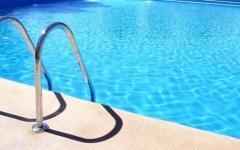 Arezzo, bambino rischia di annegare in piscina: salvato dal bagnino