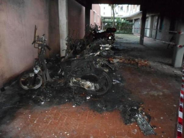 Quello che resta degli scooter dati alle fiamme a Livorno