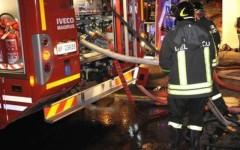 I vigili del fuoco hanno spento l'incendio grazie all'impiego di 5 squadre