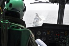 Un elicottero sorvola Nave Zeffiro