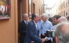Ministro Bray agli Uffizi di Firenze, fa la fila e paga il biglietto