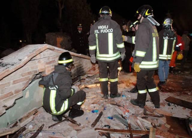 L'intervento dei Vigili del Fuoco per il tetto crollato nel centro di Arezzo