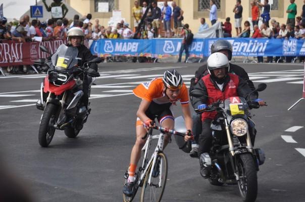L'olandese Mathieu Van Der Poel durante un passaggio a Fiesole