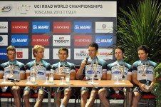La squadra Omega Pharma durante la conferenza stampa