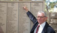 Andrea Bartali indica il nome del padre iscritto nel Giardino dei Giusti a Gerusalemme