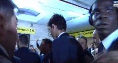 Balotelli un po' troppo nervoso all'arrivo a Napoli