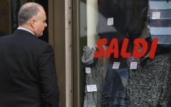 Crisi, 2 italiani su 3 tagliano la spesa per l'abbigliamento