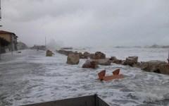 Toscana, maltempo: a Marina di Pisa sacchi di sabbia, nel Pistoiese vento a 200 Km all'ora