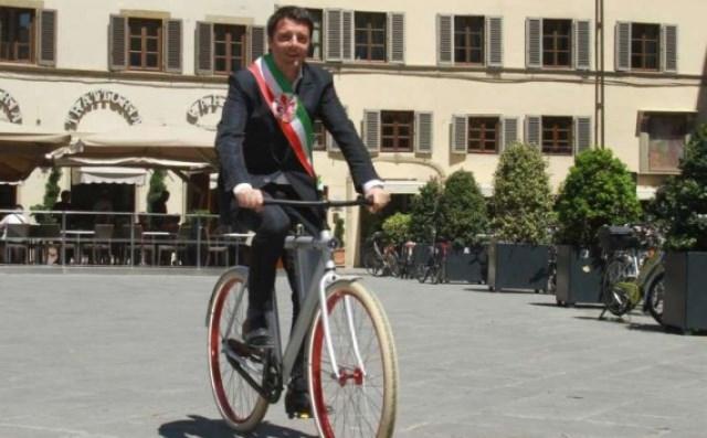 Matteo Renzi in bicicletta nella sua Firenze