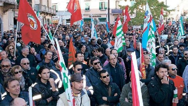 n momento della grande manifestazione pro-Lucchini a Piombino