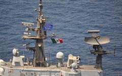 Nave della Marina Militare italiana con insegne dell'Europa