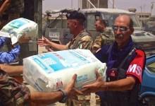 Il luogotenente Enzo Fregosi (a destra) durante un'operazione umanitaria a Nassiriya (Foto FirenzePost)