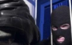 Sorprende i ladri in casa a Firenze, ferito alla testa