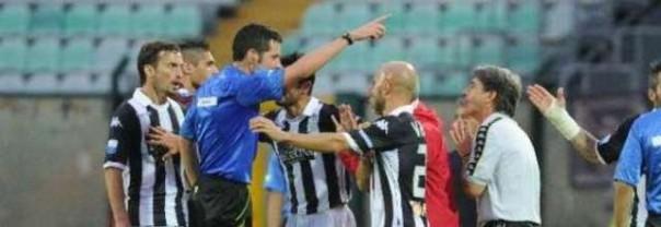 L'arbitro Ghersini contestato dai giocatori del Siena