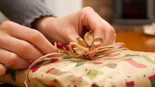 Natale con pochi regali e feste in tono minore