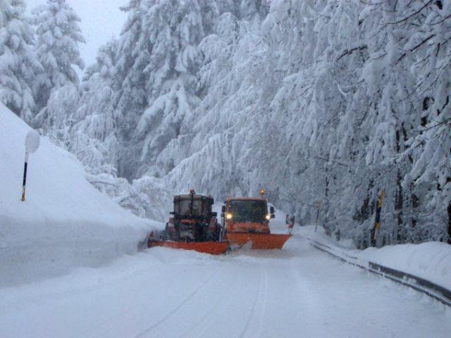 Neve in Alto Casentino con mezzi spalaneve in azione