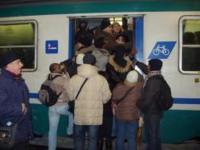 Pendolari che affollano un treno regionale in Toscana