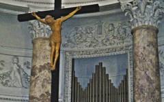 Vandali contro i crocifissi: la diocesi di Prato chiude le chiese