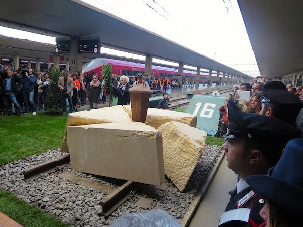 La scultura in memoria della Shoah alla stazione di Firenze