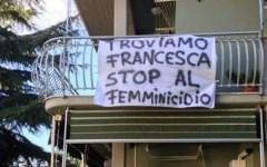 Troviamo Francesca Benetti, ai balconi di Follonica striscioni contro i femminicidi