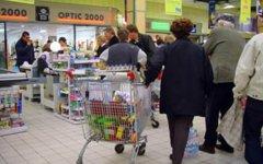 Sale la fiducia dei consumatori, ma resta la paura del futuro