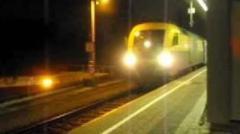 Treno si ferma, passeggeri a piedi lungo i binari