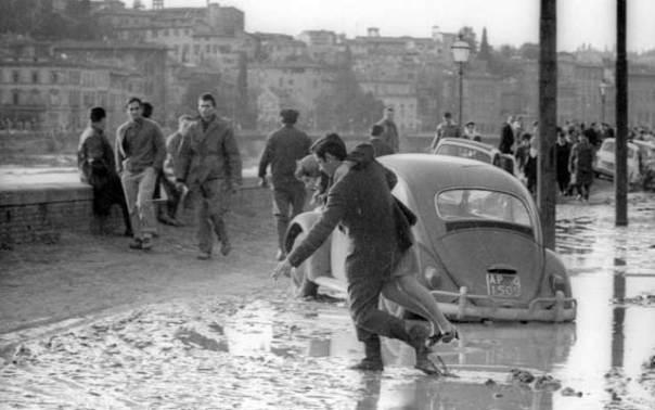 Un'immagine dell'alluvione di Firenze del '66