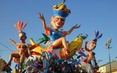 Carnevale di Viareggio, la crisi e la politica salgono sui carri