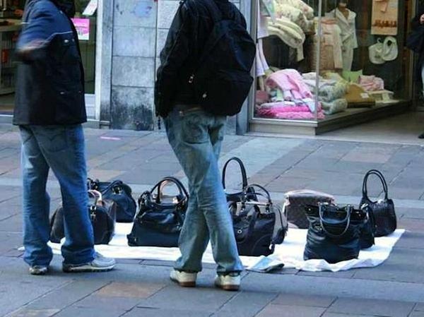 Venditori abusivi (foto di archivo)