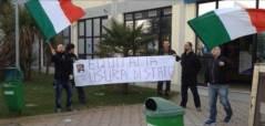 Blitz dei militanti La Destra nella sede di Equitalia a Pisa