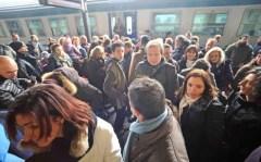 Caos alla stazione, passeggeri impauriti e furibondi