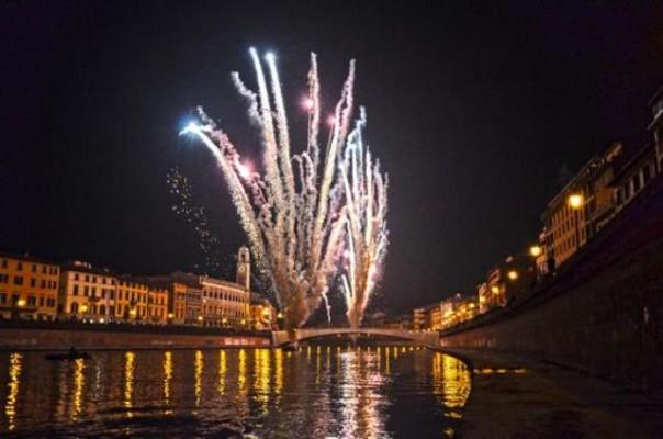 Capodanno a Pisa, festa di luci, acrobati e giochi d'acqua