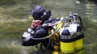 I sommozzatori dei vigili del fuoco cercano il cadavere di Francesca Benetti