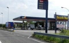 Livorno, sfondano con l'auto la vetrina di un distributore