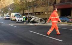 Auto si cappotta sui viali a Firenze, salvi tre giovani