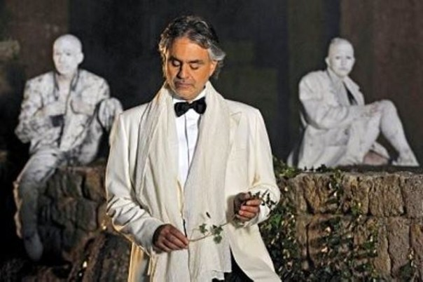 Una delle esibizioni di Bocelli a Lajatico