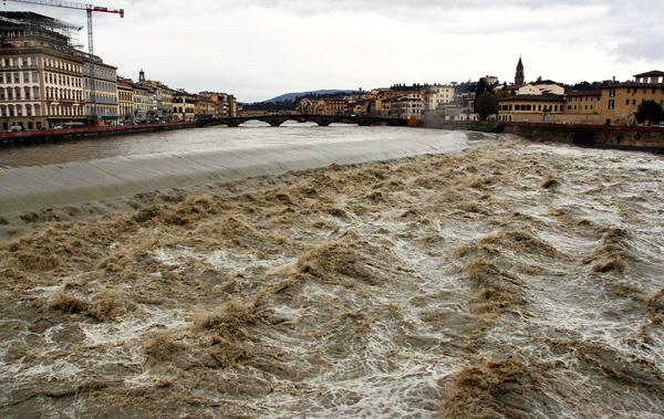 L'Arno è sempre una minaccia