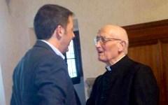 Renzi, abbraccio con monsignor Livi per i suoi 100 anni