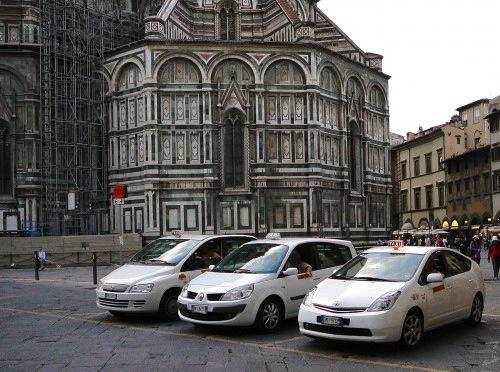 Alcuni taxi regolari in sosta nella pizza del Duomo
