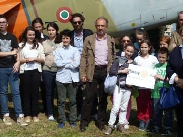 Il gruppo dei giovani visitatori all'aeroporto romano Francesco Baracca