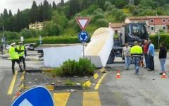 Carrara, paura per un camion che rovescia 20 tonnellate di marmo