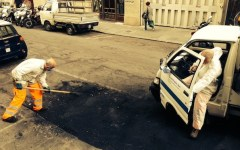 Firenze, via Venezia liberata dai resti dell'incendio di 1 mese fa
